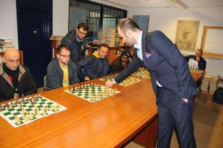 Coni: Sport in carcere, il campione mondiale di scacchi Mogranzini nella partita coi detenuti