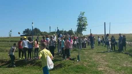 I ragazzi delle scuole primarie di San Giovanni e Collestrada provano il gioco della Ruzzola.